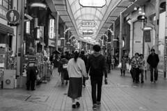 shopping street (Hideki Iba) Tags: nikon d850 58mm monochrome bw blackandwhite 白黒 黑白 元町商店街 元町 商店街