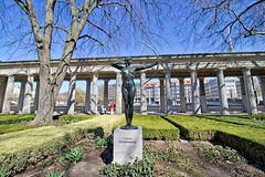 "Berlin - Museumsinsel, Skulptur ""Bogenspannerin"" (www.nbfotos.de) Tags: berlin museumsinsel kolonnadenhof bogenspannerin statue skulptur sculpture"