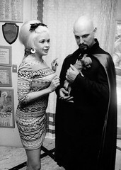Jayne Mansfield en Anton LaVey (poedie1984) Tags: jayne mansfield vera palmer blonde old hollywood bombshell vintage babe pin up actress beautiful model beauty hot woman classic sex symbol movie movies star glamour icon sexy cute body bomb 50s 60s famous film celebrities pink filmstar filmster diva superstar amazing wonderful american mannequin black white tribute blond sweater cine cinema screen gorgeous legendary iconic thuis palace home house mansfields madness s anton lavey dog chihuahua jurk dress legs oorbellen earrings bow tie busty boobs