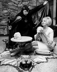 Anton LaVey en Jayne Mansfield (poedie1984) Tags: jayne mansfield vera palmer blonde old hollywood bombshell vintage babe pin up actress beautiful model beauty hot girl woman classic sex symbol movie movies star glamour girls icon sexy cute body bomb 50s 60s famous film kino celebrities pink rose filmstar filmster diva superstar amazing wonderful american love goddess mannequin black white tribute blond sweater cine cinema screen gorgeous legendary iconic thuis palace home house mansfields madness s anton lavey jurk dress bow tie strikje