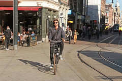 Leidseplein - Amsterdam (Netherlands) (Meteorry) Tags: europe nederland netherlands holland paysbas noordholland amsterdam amsterdampeople candid streetscene people centrum centre center leidseplein leidsestraat leidsepleinbuurt man homme guy male cyclist bicycle bicyclette vélo bike sunglasses sneakers baskets trainers sketslconverse allstars chucks chucktaylor sunny february 2019 meteorry