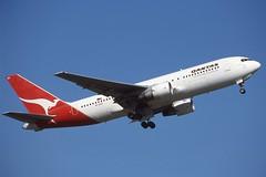 VH-EAQ Sydney 17-9-1998 (Plane Buddy) Tags: vheaq boeing 767 qantas sydney yssy