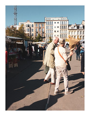 170923_114214_iphone5s_antwerpen_theaterplein_3/8 (A Is To B As B Is To C) Tags: aistobasbistoc b belgië belgium antwerpen antwerp theaterplein markt market exotic people couple street streetphotography matching colours flowers shadow iphone5s phonography phone colour