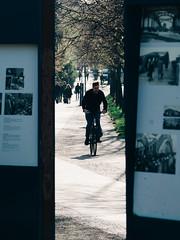 2019-04-18-083007 (Schmidtze) Tags: architektur berlin berlinpankow bornholmerstrase denkmal fahrrad fahrzeug farbe gegenlicht monument olympusem1markii olympusm12100mmf40 objekt platzdes9november1989 prenzlauerberg schild stadt strase deutschland