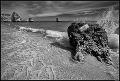 Praia dos Três Irmãos #8 (LilFr38) Tags: lilfr38 fujifilmxpro2 fujifilmfujinonxf1024mmf4rlmois portimao algarve portugal praiadostrêsirmãos blackwhite noirblanc beach ocean wave rock plage océan vague rocher