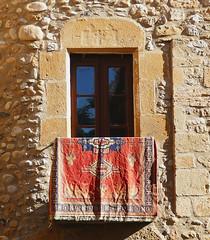 ORFES - CATIFA A LA FINESTRA (Joan Biarnés) Tags: orfes pladelestany girona finestra ventana catifa alfombra 310 panasonicfz1000