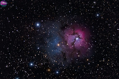 Trifid Nebula / Nebulosa Trífida (AstronomíaNovaAustral) Tags: astronomy astrofotografia astrophotgraphy astronomianovaaustral astrophotography astrophoto cajondelmaipo landscpe darknebula nightsky nebulosa nebula universe constelacion ioptron trifidnebula estrellas espacio chileansky nebulosas reflexionnebula stars sonya77 sonyphoto minolta chile space sky