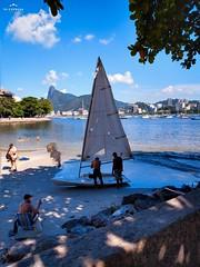 hoje vai dar sol (lucia yunes) Tags: urca barco veleiro velejar beleza riodejaneiro sailing mar praiadaurca sol outono sea seascape motoz3play sun beach beauty blue azul luciayunes