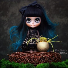 Happy Easter! 🐣 (pure_embers) Tags: pure embers blythe doll dolls custom rosichi pureemberswillow willow neo uk laura england girl pretty pureembers photography takara smoky eyes portrait black teal alpaca hair bangs magical bird friend fwooper bluemarytoys nest egg easter dark