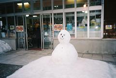 (埃德溫 ourutopia) Tags: film kodak ektar ektar100 canon canonprima canonprimaas1 filmphotography analog analogphotography store roadside ice snow snowman hokkaido japan フィルム 北海道 日本