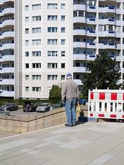 Die Promenade. / 22.04.2019 (ben.kaden) Tags: berlin marzahn marzahnerpromenade streetphotography architekturderddr städtebauderddr plattenbau industriellerwohnungsbau ostmoderne 2019 22042019