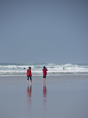 Les vestes rouges ***-- ---° (Titole) Tags: red jacket two women reflection seaside waves beach titole nicolefaton behind back photographer friendlychallenges thechallengefactory gamewinner storybookwinner