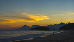 Por do sol na praia (mcvmjr1971) Tags: nikon d800e lens sigma 100300 f4 ex mmoraes sunset por do sol praia de piratininga ceu vermelho red sky clouds nuvens silhueta