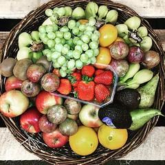 """Unser Obstkorb diese Woche mit Apfel """"Braeburn"""", Birne """"Conference"""", gelben Premium Bananen """"Cavendish"""", Clementine """"Sunny Orri"""", Orange """"Lane Late"""", Kiwi, rote Pflaume """"Greenred"""", Erdbeere & helle kernlose Weintraube """"Thompson"""". Auf Wunsch mit Gemüse mit (MyFreshFarmDE) Tags: instagram anappleaday healthylifestyle healthy gesund gesundessen regional lieferservice büro obstkorb fitfood foodblogger freshstart vitamine instafood hamburg obst gemüse veggie obstliebe ernährung gesundleben nurdasbeste fitness qualität photooftheday fresh fruitsnack dailymotivation gesundundlecker frischegarantie"""