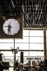 Busy man behind the clock (BisonAlex) Tags: europe 歐洲 sony a73 a7iii a7m3 a7 taiwan 台灣 外拍 旅拍 travel 街拍 street streetphoto streetshot holland netherland amsterdam 荷蘭 阿姆斯特丹 airport 機場 clock
