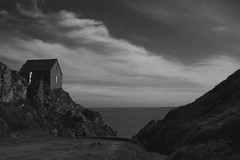 Au bout du chemin... (Dans ma nébuleuse) Tags: bretagne france mer sea manche plouha falaise cotes darmor marin criques ocean cabane monochrome black white noir et blanc 100d canon 24mm nuages nuageux