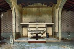 Altare (bellinipaolo31) Tags: fc03911 paolobellini chiesa farniole foianodellachiana esplorazioniurbane cielo alberi altare
