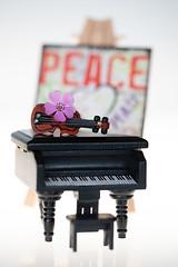 still-life 24-04-2019 006 (swissnature3) Tags: stilllife macro light flower piano toy violin