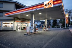 Tankstelle I (graufuchs) Tags: europa europe germany deutschland rösrath hoffnungsthal nordrheinwestfalen abend lichter strase tankstelle beleuchtung fuji fujifilm xh1 fujifilmxh1 fujinon fujinon16mmf28 lightroom lr