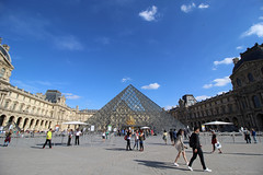 Tourists at Louvre (elianek) Tags: paris europe france louvre museum frança museu panoramic panoramica grandeangular wideangle tourism tourists