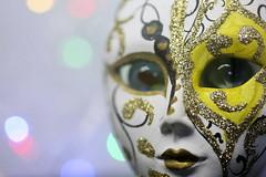 Fille masquée pour ses yeux (Christian Chene Tahiti) Tags: canon 6d paea tahiti pf polynésiefrançaise macro eyeofthebeholder bokeh closeup colour color bleu rouge rose jaune yeux masque fille girl mask dessin blanc macromondays bille marble