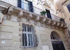 Lecce (Apulia-Italia). Palacio Falconieri. Detalle (santi abella) Tags: lecce apulia puglia italia heráldica escudos