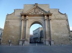 Lecce (Apulia-Italia).  Plaza del arco de triunfo. Puerta de Nápoles (santi abella) Tags: lecce apulia puglia italia