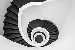 (Femme Peintre) Tags: treppenhaus treppe stufen schwarzweis gebäude architektur