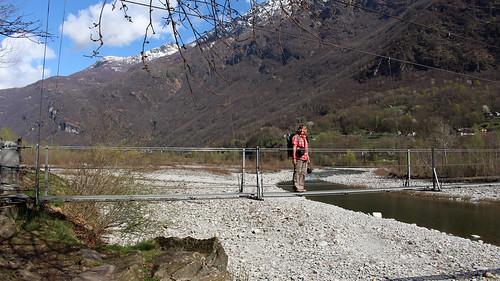 Moderne Hängebrücke über der Maggia bei Someo