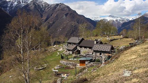 Blick auf den Bergweiler Cropp (709 m.ü.M.) oberhalb von Maggia