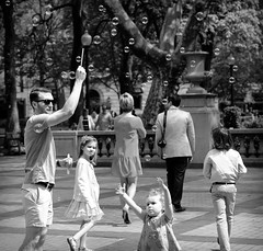Bubbles (Dalliance with Light (Andy Farmer)) Tags: rittenhousesquare street bubbles kids bw monochrome philadelphia philly pennsylvania unitedstatesofamerica
