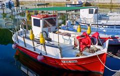 Colors a L'Estartit / Colours in L'Estartit (SBA73) Tags: catalunya catalonia catalogne catalogna katalonien cataluña каталония 加泰罗尼亚 カタルーニャ州 empordà baixempordà medes illesmedes costa coast costabrava mediterrani mar mer mediterranean kodak retina retinaiiic 021 filmcamera ishootfilm filmphotography filmisnotdead filmisalive kodakgold200 v800 fishing boat barca barco colors vermell roig rojo red rott colourful