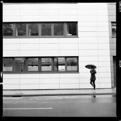 Stadt (tiltdesign2016) Tags: yashicamat124g analogphotography mittelformat bw ilfordfp4plus ilfordilfosol319 canoncanoscan9000f köln höhenberg stadt street strase umbrella schirm