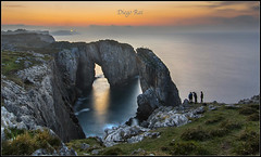 Atardecer en la costa. (Diego Rai) Tags: sun sunset sol puesta sea water mar people photography asturias cliff acantilados llanes spain