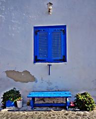 SANTORINI - Grecia (cannuccia) Tags: facciate finestre panchine blu santorini grecia