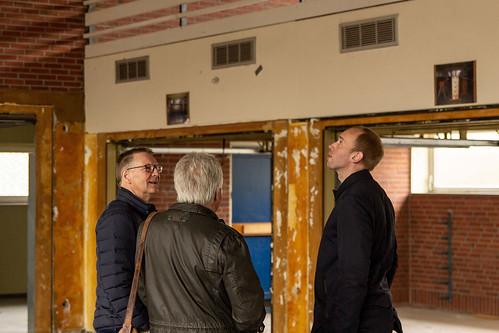 Hier kommt die neue Sporthalle hin: Mit Friederich Veenhuis vom TV Metjendorf 04 und Jörg Weden, Vorsitzender der Gemeinderatsfraktion, habe ich den Abriss der alten Turnhalle begutachtet.