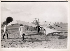 The SCAA 'La Frégate' gull wing monoplane ready for flight on Issy-les-Moulineaux [France, 1910] (Kees Kort Collection) Tags: 1910 51748 branger lafrégate scaa delesseps gullwing