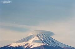 山跟雲的距離 #Explored ([M!chael]) Tags: nikon f3hp nikkor 10525 ais kodak ultramax400 film manual japan 河口湖 kawaguchiko かわぐちこ 富士山 山梨 fujiyama fujimt