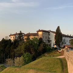 (Paolo Cozzarizza) Tags: italia friuliveneziagiulia pordenone spilimbergo alba cielo alberi prato castello muro scorcio