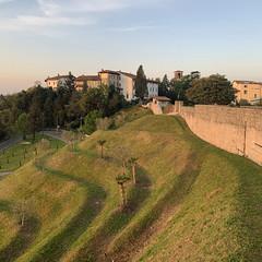 (Paolo Cozzarizza) Tags: italia friuliveneziagiulia pordenone spilimbergo alba cielo alberi prato muro scorcio castello chiesa