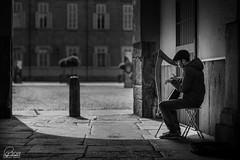 Street artist (aa_zf717) Tags: torino provinciaditorino italia street streetphotography streetartist people arpa biancoenero bw blackandwhite ef85mmf12liiusm canoneos5dmarkiii musicadistrada