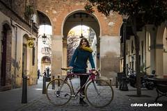 Laura en el barrio de Sant Andreu, en la plaça Masadas, con calles estrechas, naranjos, pocos turistas... y su sonrisa :)   - Retrat ciclista a Laura del Rio (calvox_periche) Tags: retrats ciclistes retratsciclistes calvoxperiche calvox periche bici30 días en bici 30daysofbiking instagram instabike instabikes biker ciclista ciclismo altrabajoenbici enbicixbcn bike bcn bikelove bicycle barcelona amics de la alegre 30deb 30dob bicicleta biciurbana mejorenbici movilidadsostenible 30diesambbicibcn 30diasenbici 30dias abrilbicismil abril bicis mil retrato portrait retratociclista bikeportrait bikeporn cyclingphotos cycling eroica eroicacaffèbarcelona reto alegriasobreruedas fuckcars zerocontaminacion zeroemisiones zeroemissions noco2 sostenible urbanbike mobilidadsostenible massacritica criticalmass masacritica massacriticabarcelona criticona pantumacona ciclistasdiversas cicliques