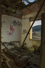 Un sofá para mirar (helenabalbas) Tags: habitacion room nikon dia sun sol d5600 ruinas roto viejo old abandonado sofa graffiti madera primavera abandoned fabrica ventana pintadas tejado day muro caido marron ladrillo