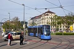 'Dorftrambahn mitten im Stadtzentrum': Zweiteiler 2704 in der Königshofschleife am Stachus (Frederik Buchleitner) Tags: 2704 avenio linie22 munich münchen siemens strasenbahn streetcar twagen t2 tram trambahn