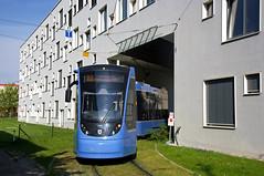 Alle halbe Stunde beginnt Zweiteiler 2704 eine neue Runde am 22er, hier bei der Schleifenausfahrt an der Hochschule (Frederik Buchleitner) Tags: 2704 avenio linie22 munich münchen siemens strasenbahn streetcar twagen t2 tram trambahn
