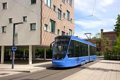 Kurze Wendepause an der Hochschule: T2-Wagen 2704 steht in der 2012 eröffneten Zwischenschleife (Frederik Buchleitner) Tags: 2704 avenio linie22 munich münchen siemens strasenbahn streetcar twagen t2 tram trambahn