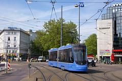 Schon nach kurzer Zeit haben die Zweiteiler vom Fahrpersonal verschiedene Spitznamen erhalten. Bei dieser Aufnahme bei der Fahrt über den nördlichen Bahnhofplatz erklärt sich, warum die T2-Wagen auch 'Bügeleisen' genannt werden (Frederik Buchleitner) Tags: 2704 avenio linie22 munich münchen siemens strasenbahn streetcar twagen t2 tram trambahn