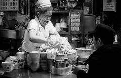 DSCF0087 (靴子) Tags: 黑白 單色 街頭 街拍 夜市 基隆廟口 人 攤販 bw bnw street streetphoto xt2 fujifilm