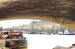 422 Paris en Mars 2019 - sous le Pont du Carrousel (paspog) Tags: paris france pont seine bridge brücke 2019 mars march märz pontducarrousel péniche passerelle garedorsay muséedorsay