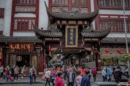 上海豫園  真正的豫園是在整個老街商城的中間,一座老豪宅帶動了整個商圈,而商圈外觀都是中式建築,真的非常狀觀。